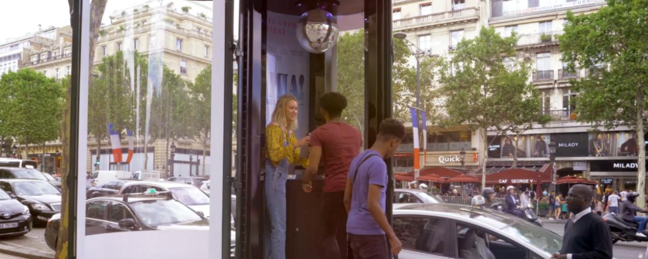 Mamma Mia 2 : une cabine karaoké sur les Champs Elysées !