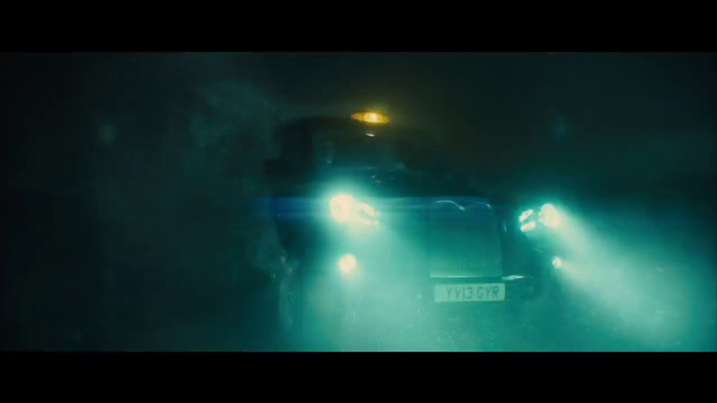 La voiture des Kingsmen dans la brume