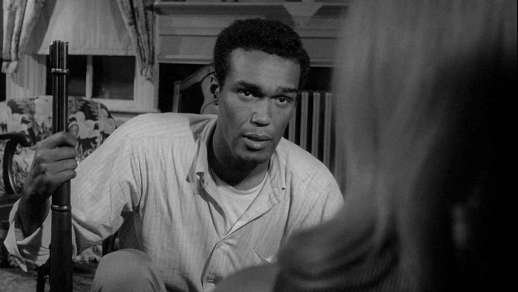 Duane Jones en pleine discussion avec Judith O'Dea.