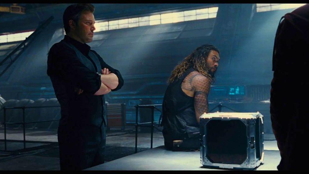 Bruce Wayne et Arthur Curry protègent une Mother Box