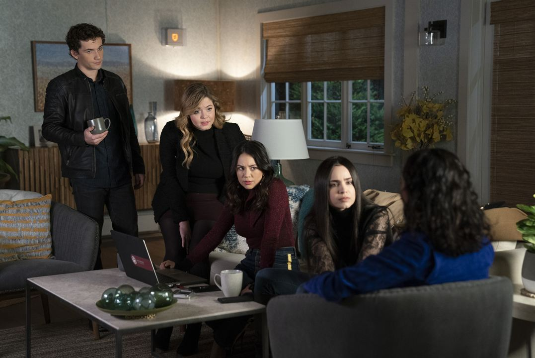 Photo Eli Brown, Janel Parrish, Sasha Pieterse, Sofia Carson