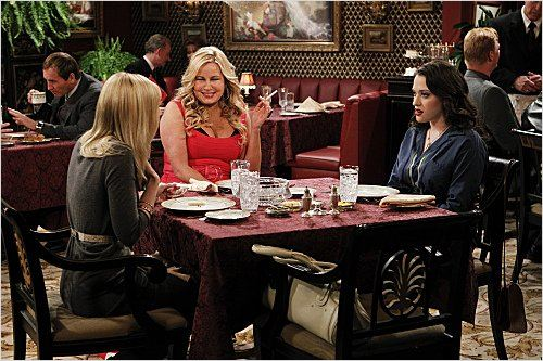 2 Broke Girls : photo Jennifer Coolidge, Kat Dennings