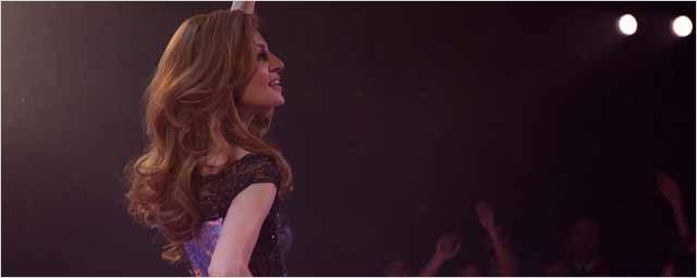 Teaser Dalida : la célèbre chanteuse nous apparaît solaire et sombre à la fois