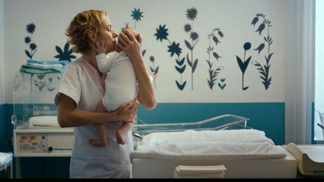Voir le jour avec Sandrine Bonnaire : un film lumineux sur le quotidien d'une maternité [INTERVIEW]