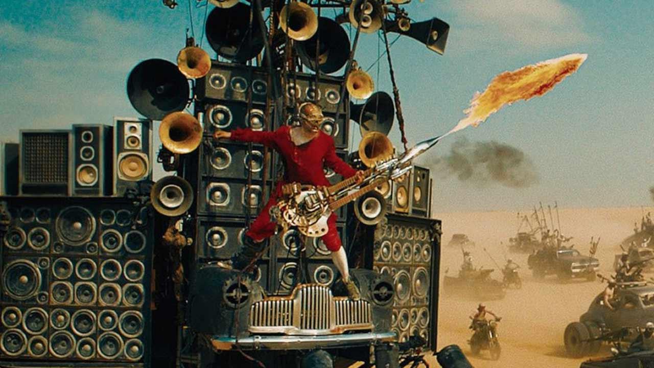 Mad Max Fury Road : qui est le Doof Warrior, le guitariste lance-flamme culte ? – Actus Ciné