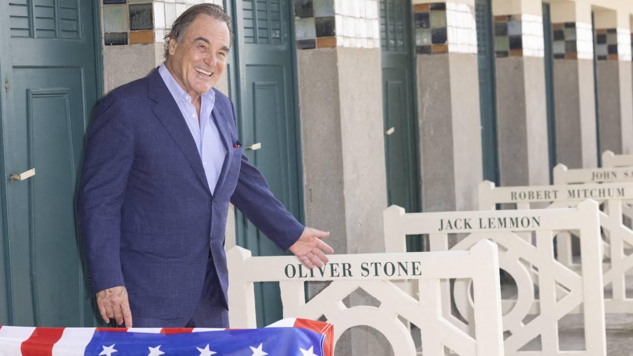 Deauville 2021 : Oliver Stone inaugure sa cabine de plage et enquête sur la mort de JFK