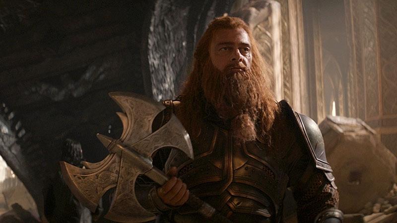 """Barbe fournie et nordique de Volstagg, autre membre du trio palatin dans """"Thor"""""""
