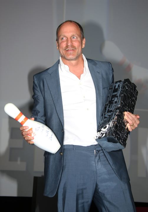 Woody Harrelson, son prix et la quille offerte par Michel Hazanavicius