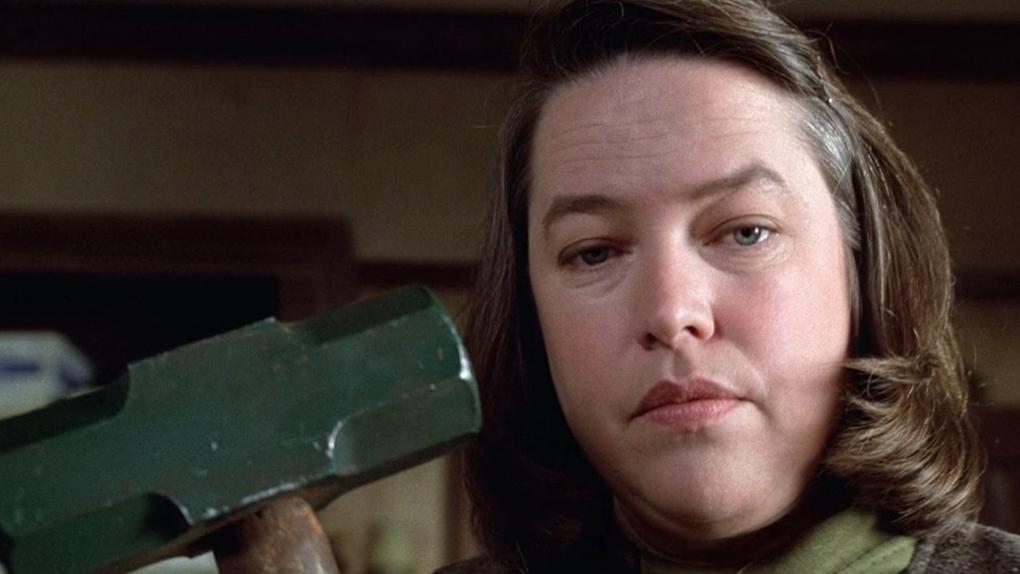 """Kathy Bates s'apprête à châtier son écrivain préféré avec sa masse dans """"Misery"""" (1991)"""