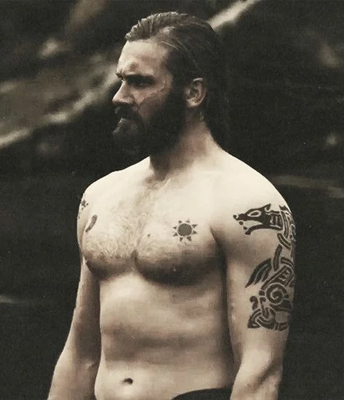 Les tatouages sur les bras de Rollo, le frère de Ragnar