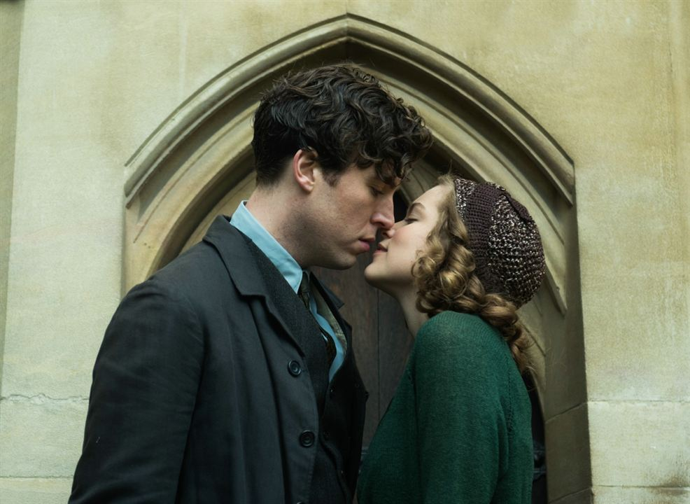Red Joan : Photo Sophie Cookson, Tom Hughes